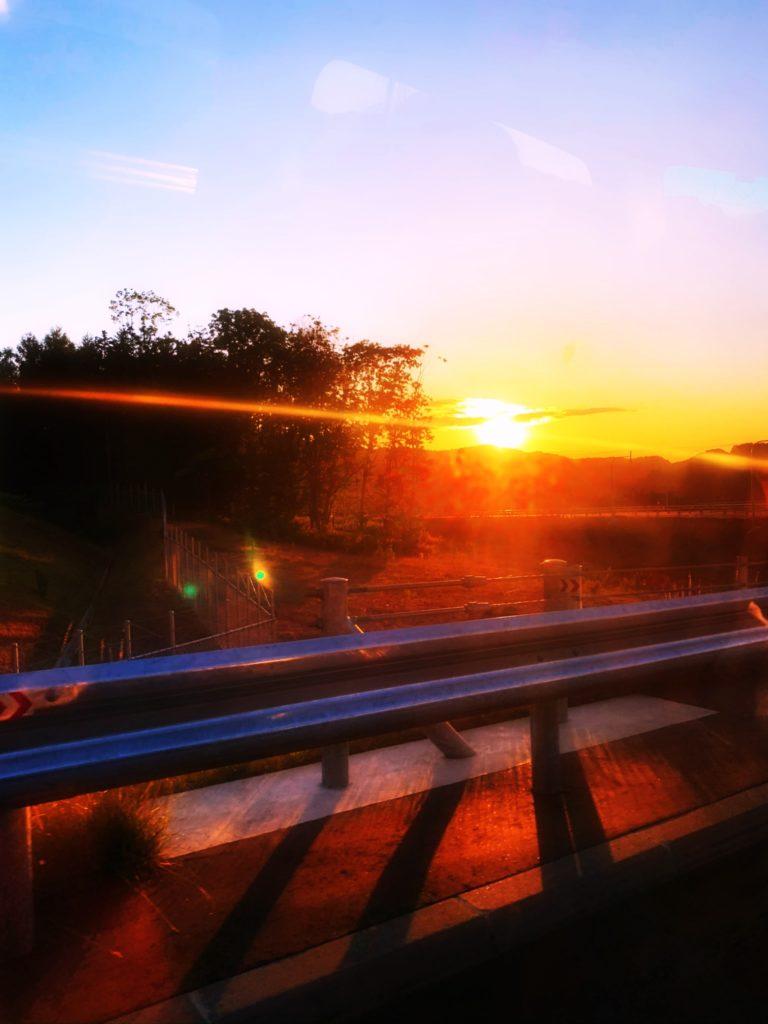 夕日がさす